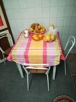 Frigorífico, mesa e microondas foto 1