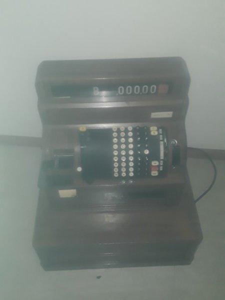 Vendo maquina antiga registadora foto 1