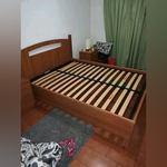 Uma cama de casal e bancas foto 1