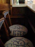 Móvel bar em Nogueira com 3 cadeiras foto 1