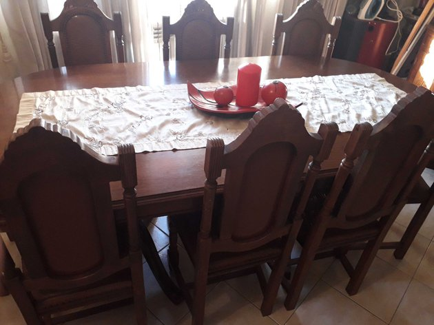 Vendo movel de sala é uma mesa com 8 cadeiras foto 1