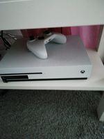 Xbox one s 4k com cabos e um jogo fora outros foto 1