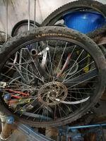 Bicicletas pra restaurar e pneus michellini. foto 1