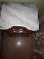 Mesinhas de cabeceira e cómoda em cerejeira e mármore em muito bom estado 100€as duas mesinhas e 100€a cómoda.. Urgente foto 1