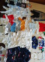 Lote de roupa e acessórios de criança, 83 unidades foto 1