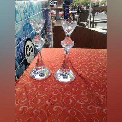 Um par de castiçais de cristal bohemia