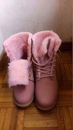 Vendo botas cor de rosa com pêlo de tamanho 40. foto 1