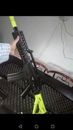 Vendo arma de airsoft com roupa e colete foto 1