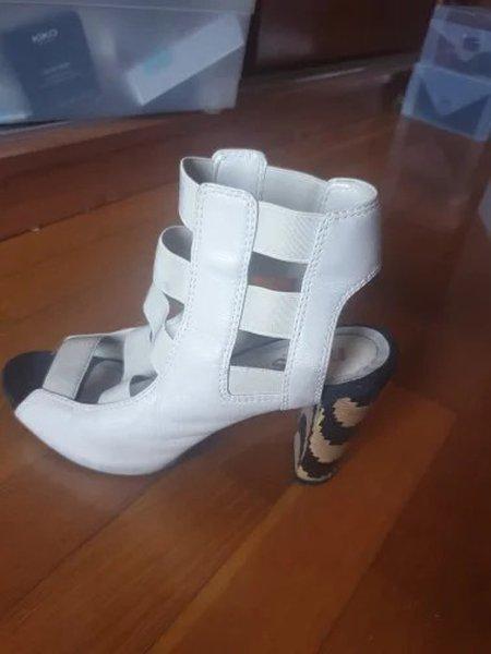 Sandália usada em bom estado, tamanho 37. foto 1