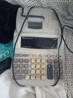 Calculadora de contabilidade um rádio e um monitor foto 1