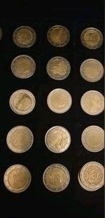 Coleção de moedas de dois euros todas diferentes. foto 1